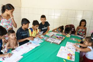 As crianças pintaram e leram gibis do Programa de Combate ao Trabalho Infantil
