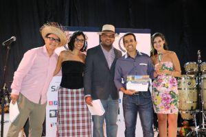 Momento da entrega do prêmio; festa de encerramento teve tema junino