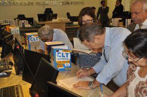 Trabalhadores no momento da assinatura da ata de audiência de conciliação