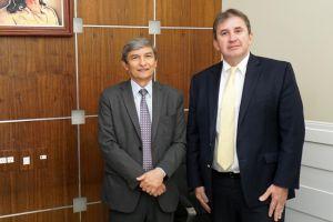 O presidente do TRT/CE, desembargador Plauto Porto, e o empossado