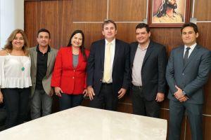 O desembargador Paulo Régis Botelho é cumprimentado por servidores do Tribunal