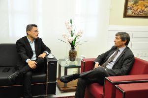 Adriano Muniz e o des. Plauto Porto durante a visita institucional