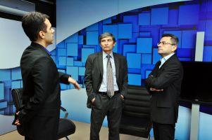 O diretor de comunicação do TRT/CE, Hugo Cardim, e o presidente Plauto Porto apresentam as instalações do estúdio onde é gravado o programa