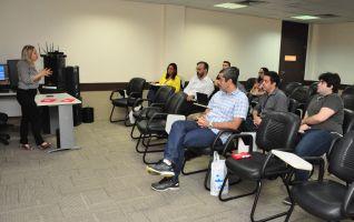 A servidora Rejane Façanha apresentou as etapas de planejamento de implantação da ferramenta