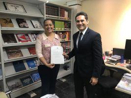 Um certificado formalizando a visita técnica foi entregue à comitiva do TRT18 pelo secretário-geral da Presidência do TRT/CE, Fernando Freitas