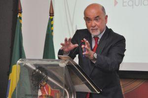 """Em sua fala, o doutor e professor João Leal Amado abordou o tema """"As Reformas Trabalhistas Flexibilizantes em Portugal e no Brasil: Negociado x Legislado e o Trabalho Intermitente"""""""
