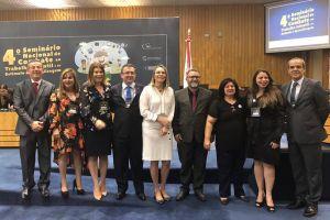 As gestoras regionais desembargadora do TRT/CE Regina Gláucia Cavalcante e a juíza do trabalho Karla Yacy participaram do Seminário