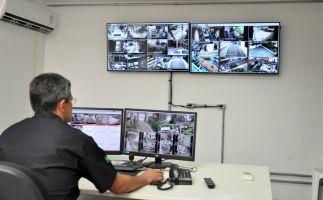 Central de Monitoramento, dotada de câmeras de alta resolução, mostra toda a movimentação nos arredores do prédio-sede e seus anexos