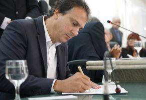 O governador Camilo Santana assina o maior acordo trabalhista da história do Ceará