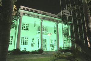A sede do TRT/CE fica iluminada com a cor verde durante todo o mês de abril