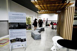 A exposição está no espaço de convivência no piso inferior do prédio