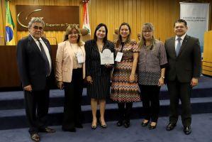 Conselheiro Aloysio, Silvia, Neiara, Thais, Ana Cristina e o conselheiro Valdetário durante o evento