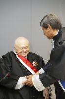 O novo desembargador do TRT/CE recebe a comenda da Ordem Alencarina das mãos do Grão-Mestre da Ordem, desembargador Plauto Porto