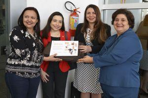 A artista plástica Eliana Maria Batista Suraty recebeu certificado de agradecimento das mãos das gestoras regionais do Progrma