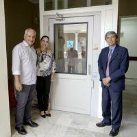 O engenheiro do TRT/CE Paulo Freire, a diretora-geral Neiara Frota e o presidente do TRT/CE, Plauto Porto, testaram o equipamento