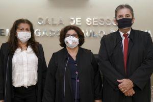 Desembargadora Regina Gláucia Cavalcante (centro), com a desembargadora Fernando Uchoa, futura vice-presidente, e o desembargador Paulo Régis Botelho, eleito corregedor do TRT/CE